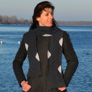 Scarf with geometric patterns in two monochromatic tones of grey